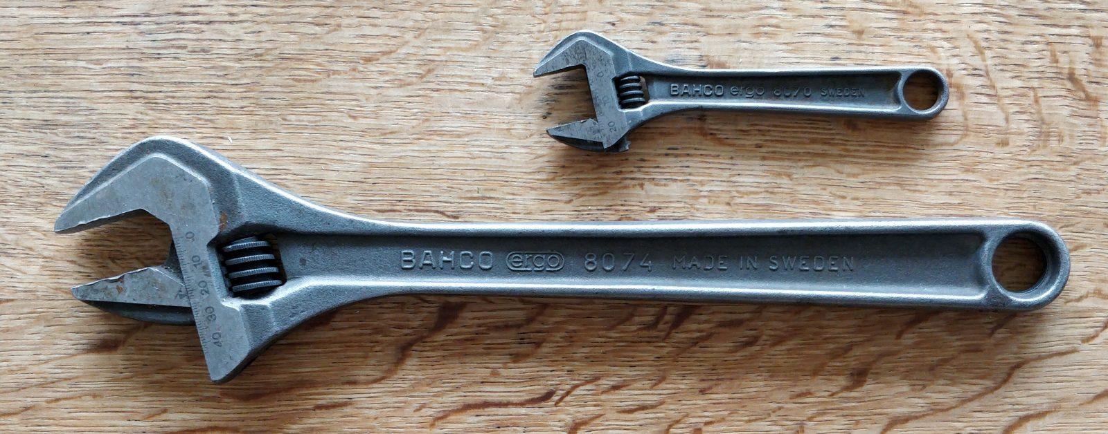 To svensknøgler, en meget stor og en lille.